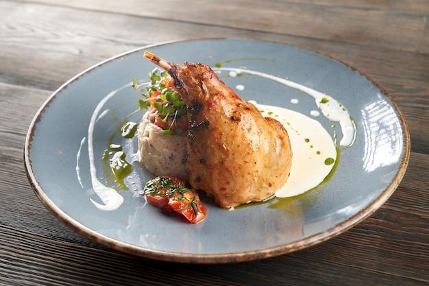 Hähnchenschenkel serviert mit kartoffelpüree und sauerrahm