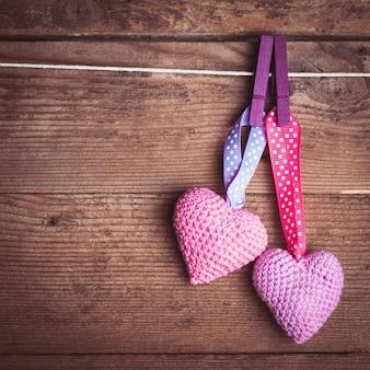 Häkeln sie valentinsgrußherzen, die das seil weiterreichen. valentinstag-grußkarte. liebeskonzept