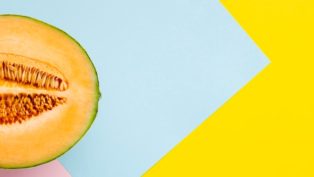 Hälfte der melone mit buntem hintergrund