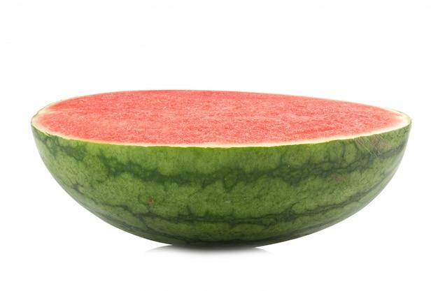 Hälfte der reifen wassermelone lokalisiert auf weißem hintergrund