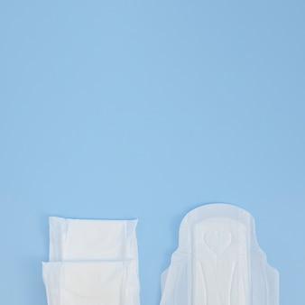 Hälften von auflagen auf blauem kopienraumhintergrund