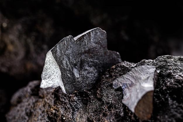 Hämatit auf felsigem untergrund. brasilianisches magnetisches metall, größter produzent von hämatit, export von metallischen halbedelsteinen