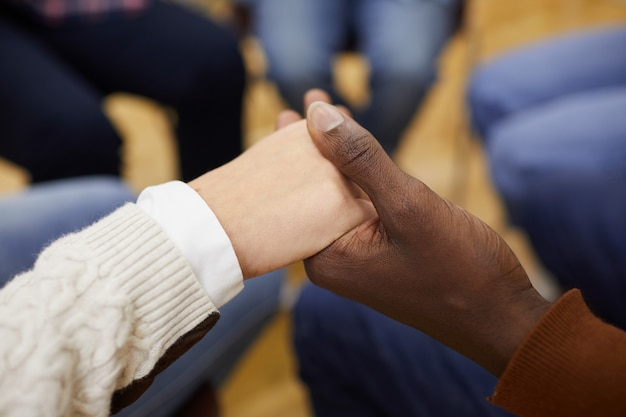 Händchen haltend in support group close up