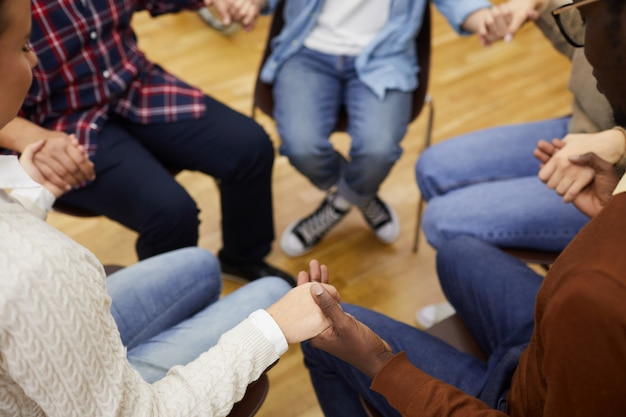 Händchenhalten in der nahaufnahme der selbsthilfegruppe