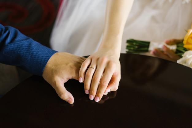 Händchenhalten von braut und bräutigam