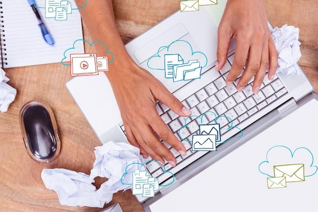 Hände auf dem laptop mit symbolen Kostenlose Fotos