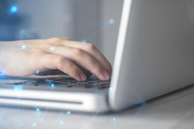 Hände auf laptop-computer-tastatur. frau, die zu hause aus der ferne arbeitet. konzept der vernetzung und freiberuflicher fernarbeit, globales geschäftsnetzwerkfoto