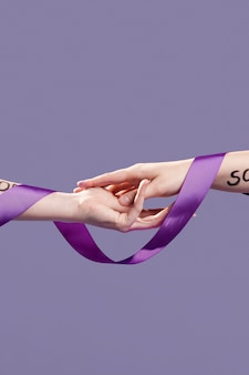 Hände bedeckt mit band und ermächtigenden worten