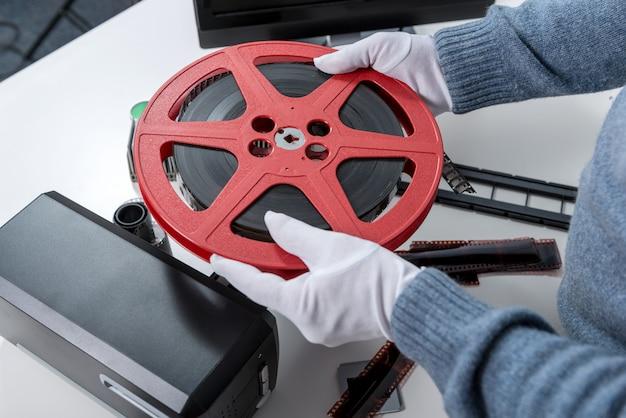 Hände bemannen das halten des filmes der spule 16mm