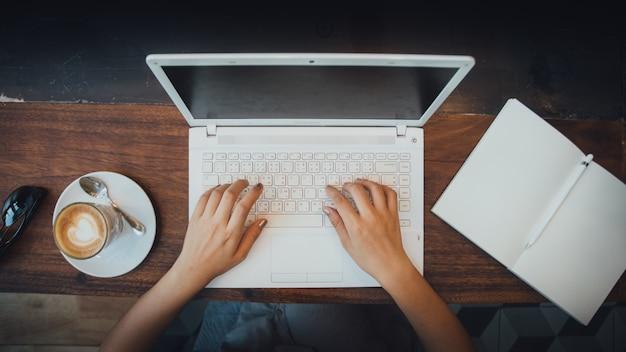 Hände computer mädchen jahrgang sitzen