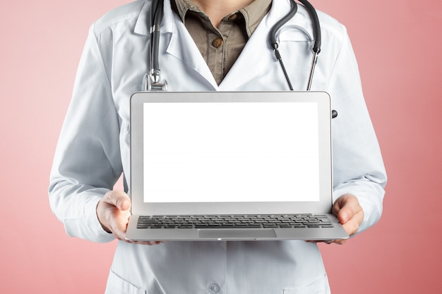 Hände der arztfrau mit laptop