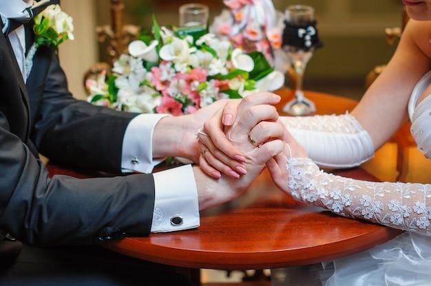 Hände der braut und des bräutigams