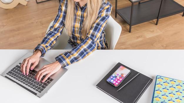 Hände der frau, die auf tastatur schreibt