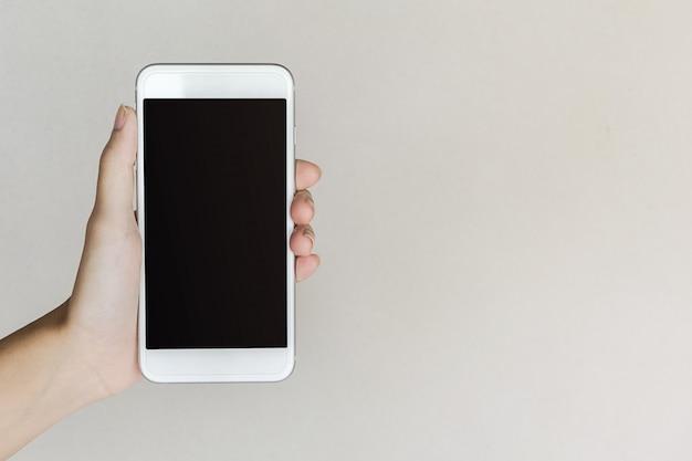 Hände der frau, die intelligentes telefon halten