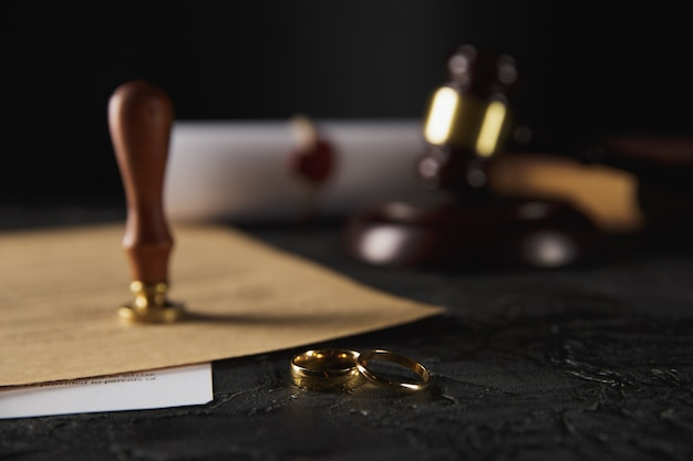 Hände der frau, ehemann, der scheidungsurteil unterzeichnet, auflösung, heirat annulliert.