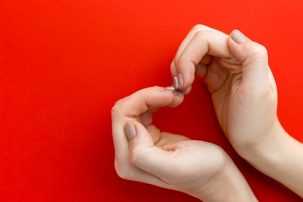 Hände der frau herzform, liebeskonzept, draufsicht machend
