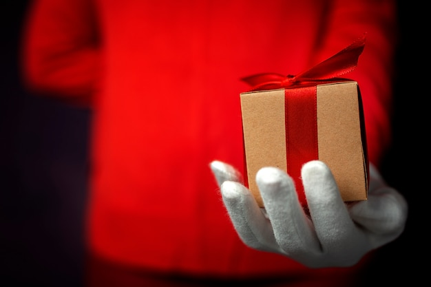 Hände der frau mit weißen handschuhen mit geschenkboxen