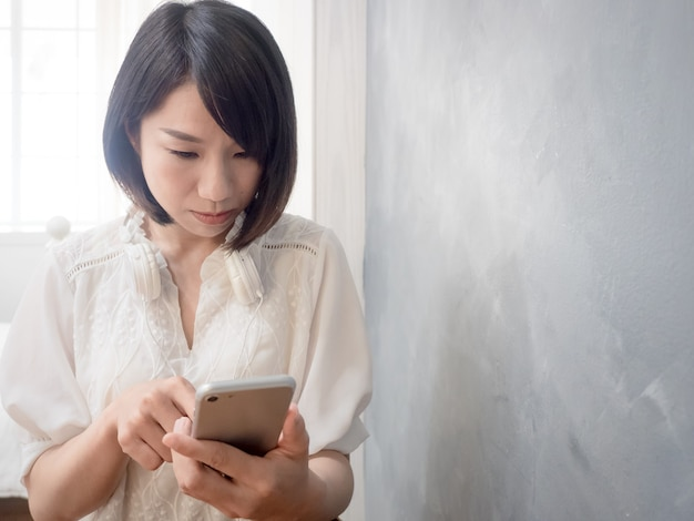 Hände der jungen asiatischen frau, die handy halten