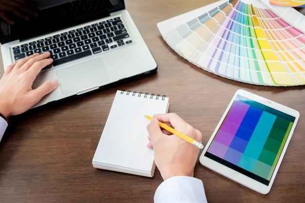 Hände der männlichen hipster modernen grafik-designer im büro arbeiten mit farbmuster. mann am arbeitsplatz wahl farbmuster, closeup. kreative menschen konzept.