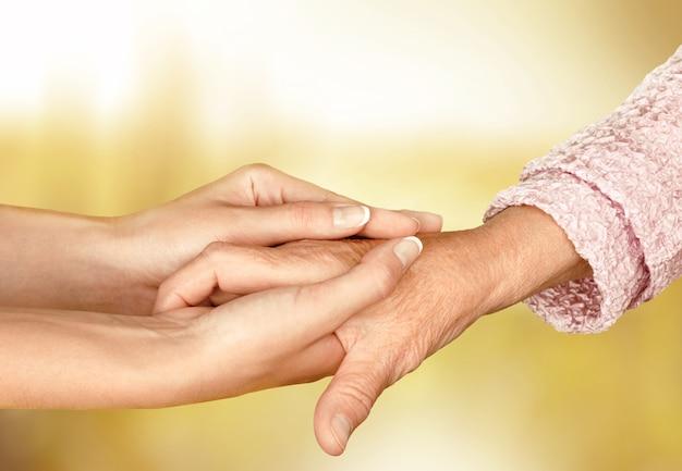Hände des alten mannes und einer jungen frau. nahaufnahme.