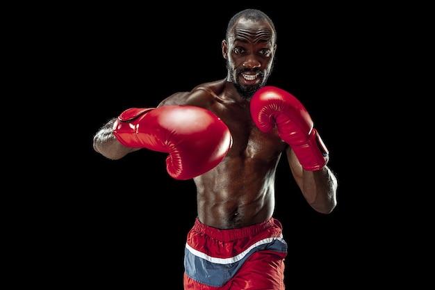 Hände des boxers auf schwarzem hintergrund kraftangriff und bewegungskonzept