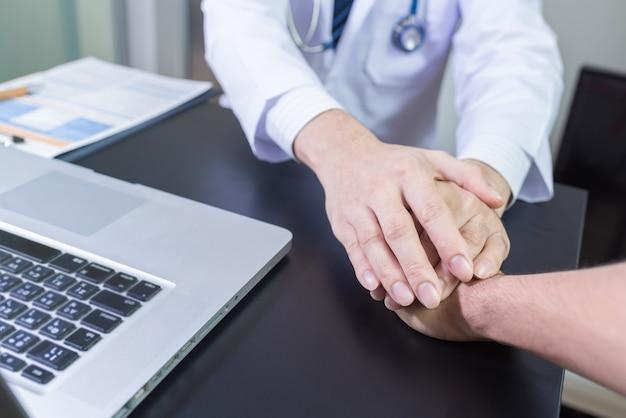 Hände des doktors, die hand des patienten für ermutigung und empathie halten