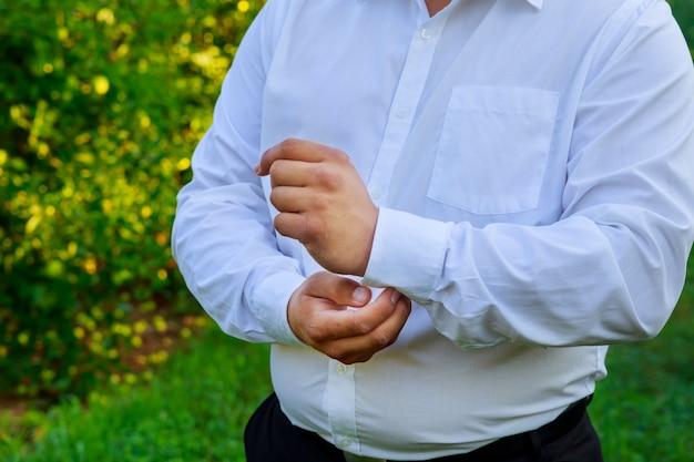 Hände des hochzeitbräutigams werden in der klage fertig
