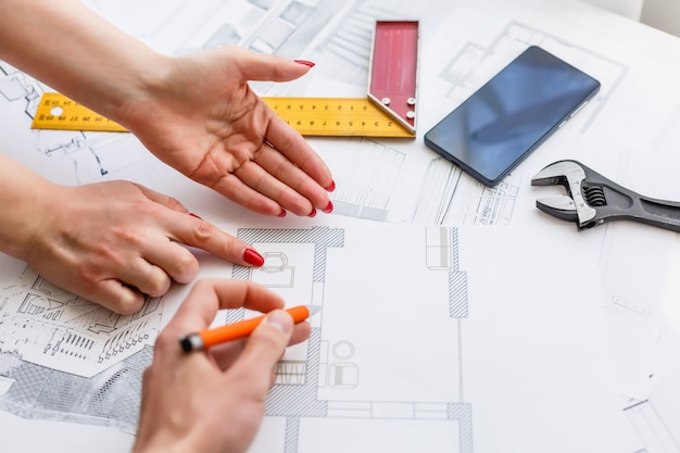 Hände des ingenieurs arbeitend an plan, baukonzept. engineering-werkzeuge.