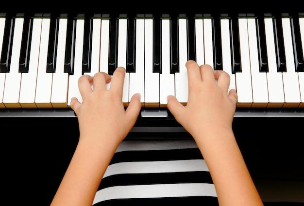 Hände des kindes klavier spielend