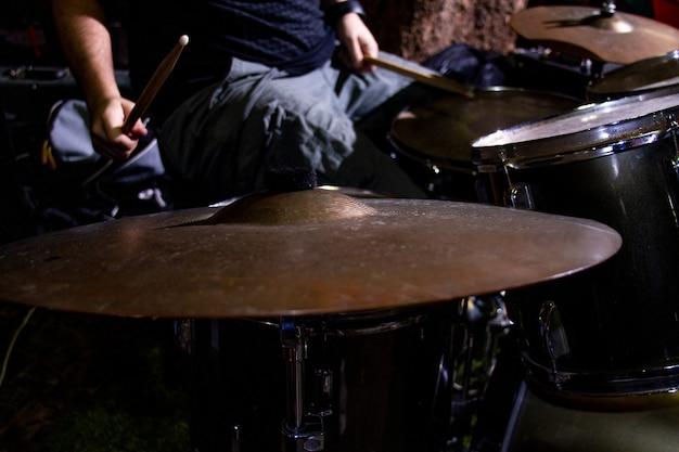 Hände des schlagzeugers mit stöcken und trommelnahaufnahme