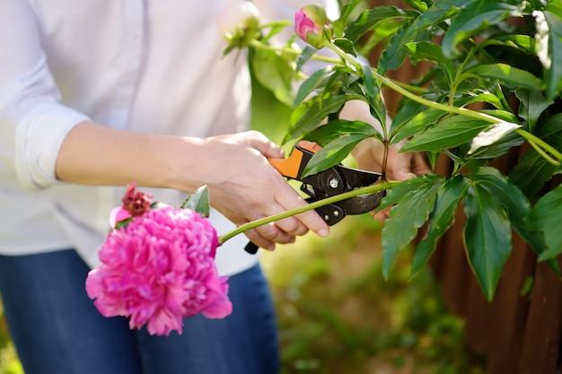 Hände des weiblichen gärtners des mittelalters