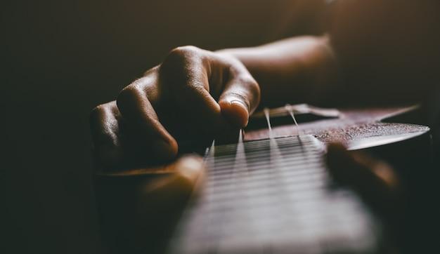Hände, die akustische ukulelegitarre spielen. show der musikalischen fähigkeiten