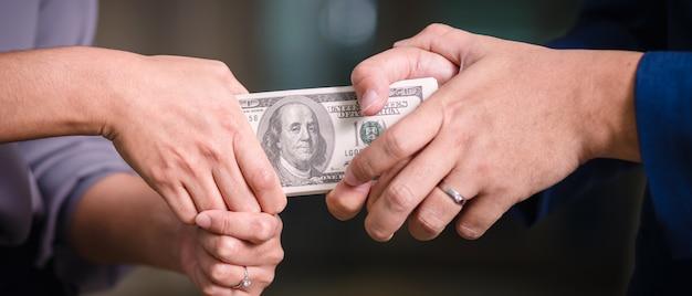 Hände, die am stapel banknoten ziehen