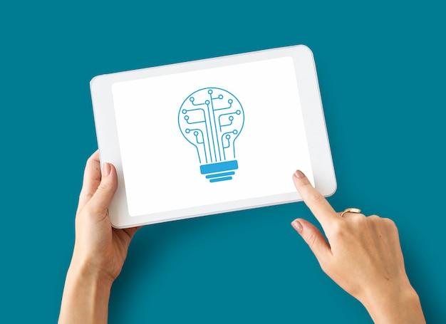 Hände, die an der grafischen überlagerung des digitalen gerätenetzwerks arbeiten