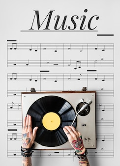 Hände, die an grafischem überlagerungshintergrund des musikinstrumentennetzes arbeiten