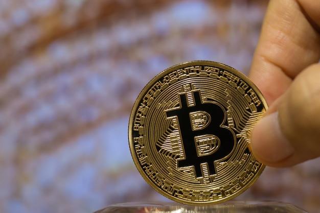Hände, die bitcoin digital virtuelle geldwährung halten