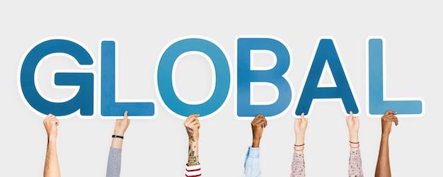 Hände, die blaue buchstaben bilden das wort global halten