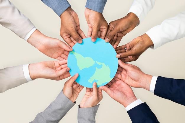 Hände, die csr-geschäftskampagne der erde halten