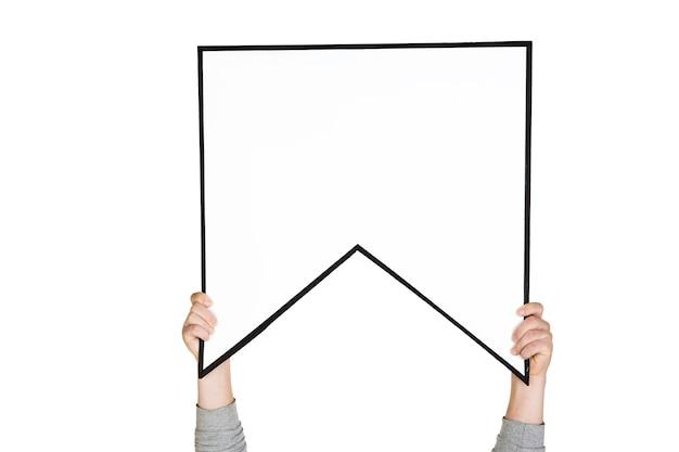 Hände, die das zeichen des lesezeichens an der weißen wand halten.