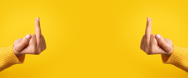 Hände, die dich über gelben hintergrund ficken