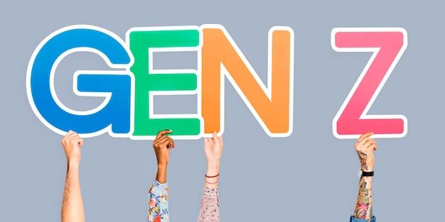 Hände, die die abkürzung gen z halten