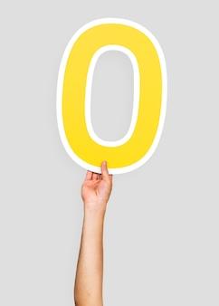 Hände, die die nummer 0 halten