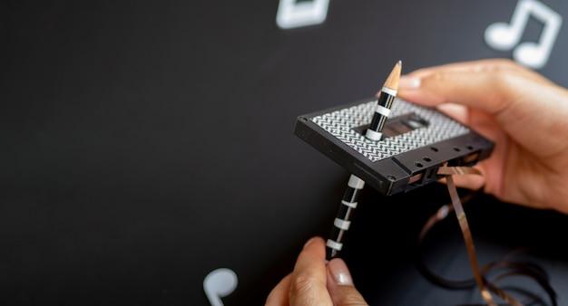Hände, die ein band mit kopieraum reparieren