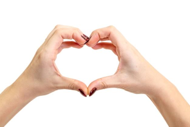 Hände, die ein herz auf weißer oberfläche bilden. valentinstag konzept.