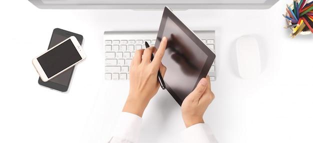Hände, die ein tablet-touch-computer-gerät mit isoliertem bildschirm halten