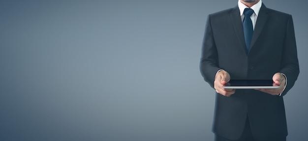 Hände, die ein tablettennoten-computergerät mit lokalisiertem schirm halten
