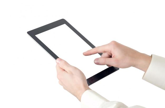 Hände, die eine tablette mit leerem bildschirm halten