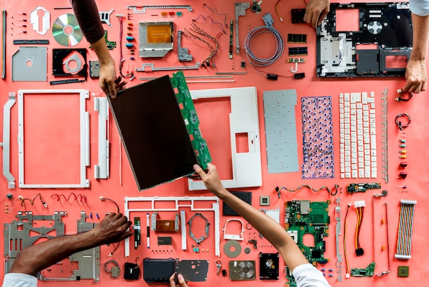 Hände, die einen computerkomponententeil halten
