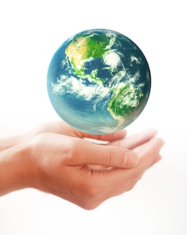 Hände, die erde halten - konzeptbild des tages der erde, energie sparen, die umwelt schützen. elemente dieses von der nasa bereitgestellten bildes