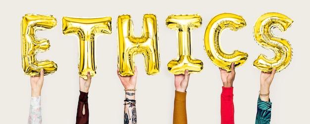 Hände, die ethikwort in den ballonbuchstaben halten